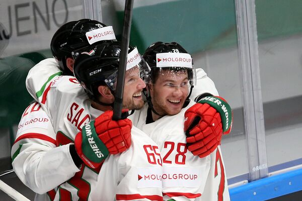 Хоккеисты сборной Венгрии Иштван Шофрон, Кэлвин Сэгерт и Иштван Барталиш (слева направо)