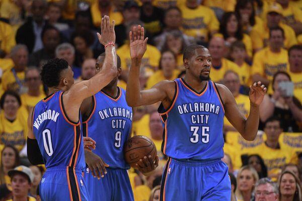 Баскетболисты Оклахомы Рассел Уэстбрук, Серж Ибака и Кевин Дюрант (слева направо)