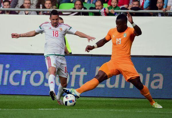 Полузащитники сборной Венгрии Адам Дьюрчо и сборной Кот-д'Ивуара Томас Туре (слева направо)