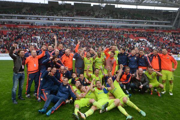 Футболисты и тренерский штаб ЦСКА после победы в матче 30-го тура чемпионата России по футболу
