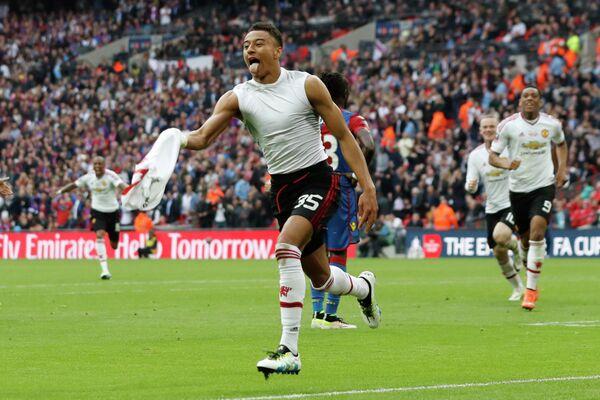 Полузащитник Манчестер Ю,найтед Джесси Лингард радуется забитому мячу в ворота Кристал Пэлас