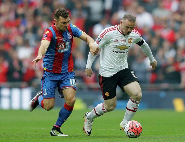 Полузащитник Кристал Пэлас Джеймс Макартур и нападающий Манчестер Юнайтед Уэйн Руни (слева направо)