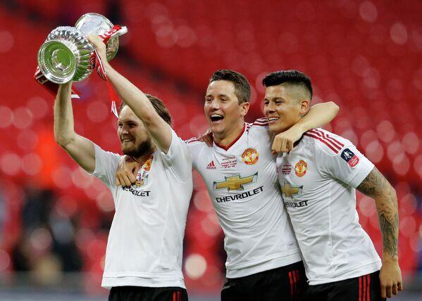 Футболисты Манчестер Юнайтед Дейли Блинд, Андер Эррера и Маркус Рохо (слева направо)