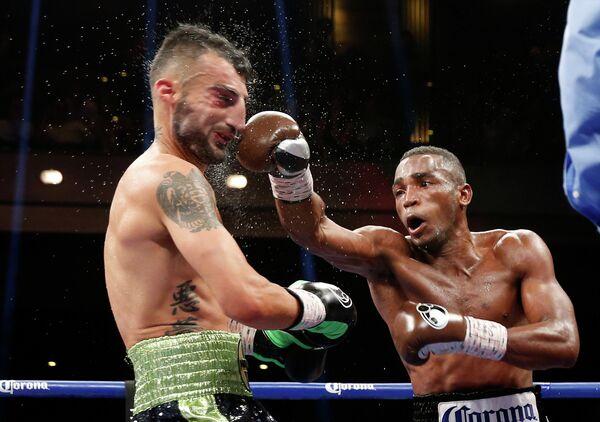 Кубинский боксер Эрисланди Лара (справа) и американец Ванес Мартиросян