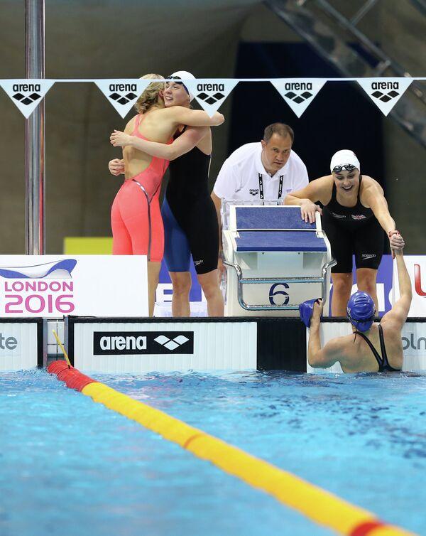 Британские пловчихи после победы в комбинированной эстафете на чемпионате Европы по водным видам спорта