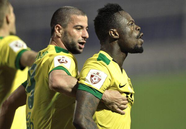 Футболисты Анжи Исламнур Абдулавов и Янник Боли (справа)