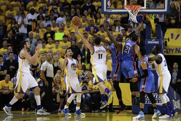 Игровой момент матча НБА Голден Стэйт Уорриорз - Оклахома-Сити Тандер