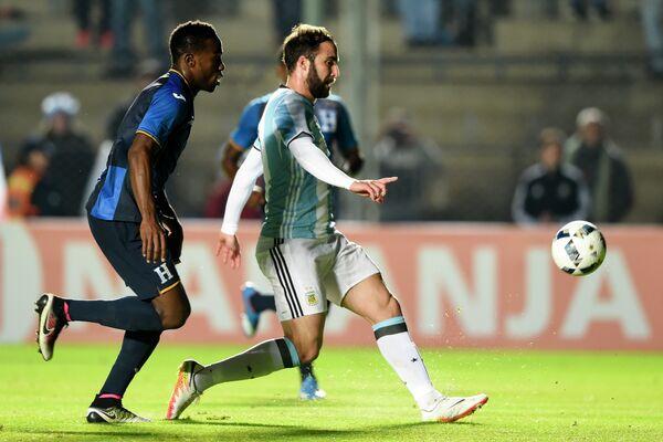 Форвард сборной Аргентины Гонсало Игуаин (справа) забивает гол в ворота сборной Гондураса