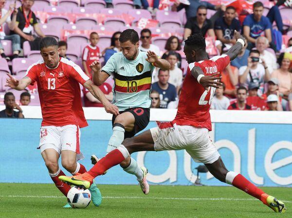 Защитник сборной Швейцарии Рикардо Родригес, полузащитник сборной Бельгии Эден Азар и защитник швейцарской команды Йохан Джуру (слева направо)