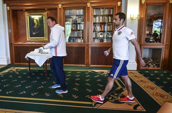 Главный тренер сборной России по футболу Леонид Слуцкий (слева) и полузащитник сборной Роман Широков