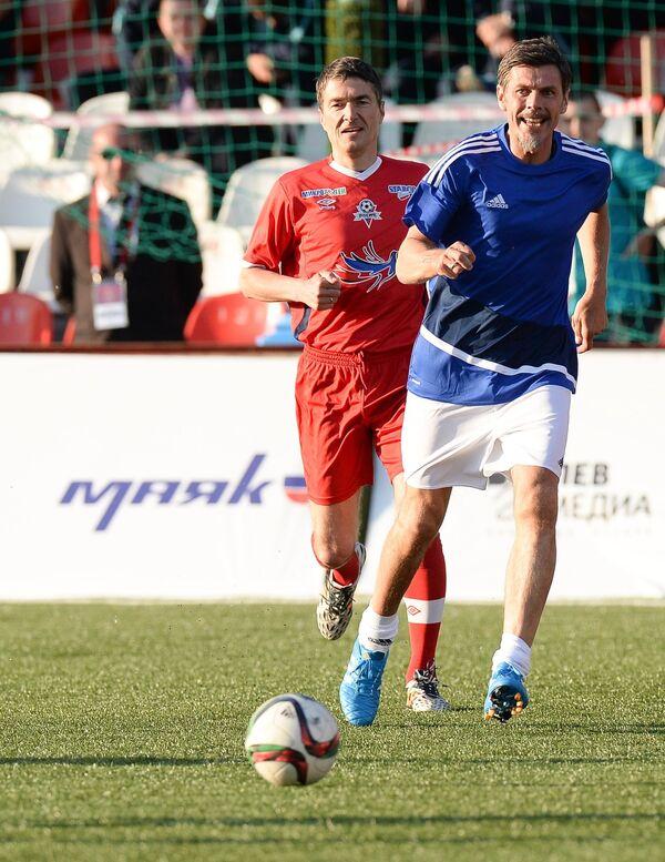 Бывший полузащитник Спартака Виктор Булатов (слева)