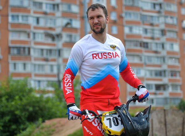 Спортсмен сборной России по велоспорту в дисциплине BMX Евгений Комаров во время тренировки
