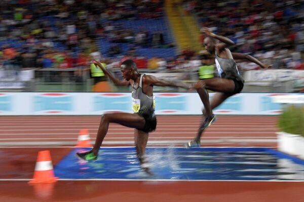 Консеслус Кипруто (Кения) (слева) во время забега на 3000 метров с барьерами у мужчин на этапе Бриллиантовой лиги в Риме