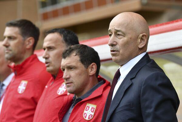 Главный тренер сборной Сербии по футболу Славолюб Муслин (справа)