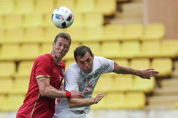 Защитник сборной Сербии Слободан Райкович(слева) и нападающий сборной России Артем Дзюба