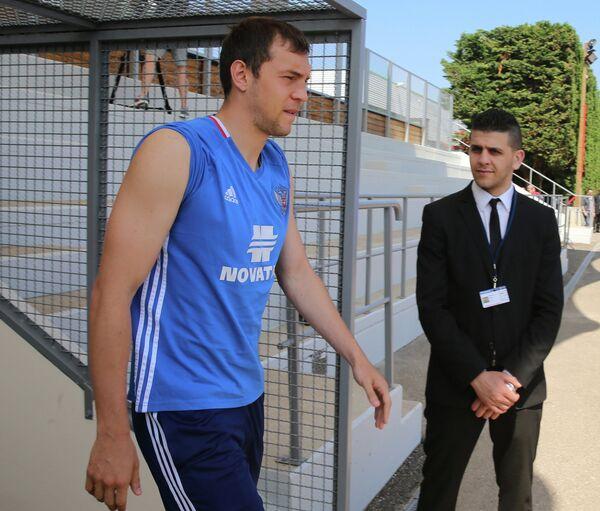 Нападающий сборной России Артём Дзюба (слева)