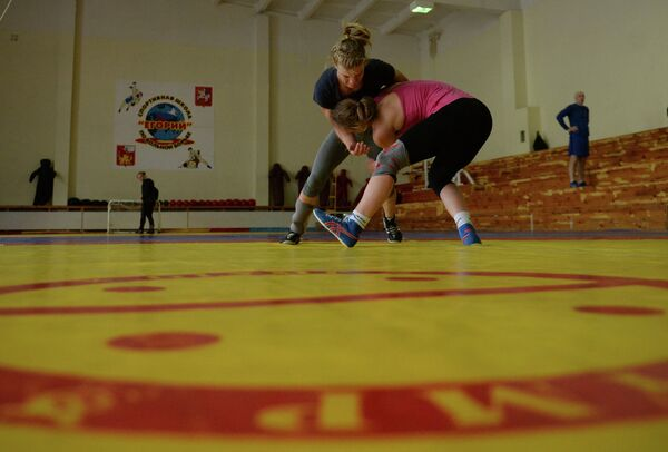 Спортсменки женской сборной РФ по вольной борьбе на тренировке