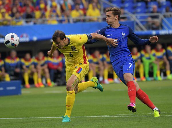 Защитник сборной Румынии Влад Кирикеш (слева) и нападающий сборной Франции Антуан Гризманн