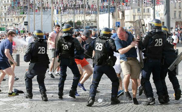 Россияне во время беспорядков в Старом порту Марселя перед матчем чемпионата Европы по футболу между сборными России и Англии