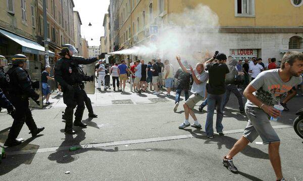 Применение слезоточивого газа против британских фанатов, устроивших потасовки в Старом порту Марселя