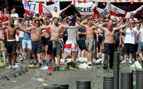 Болельщики во время беспорядков в Старом порту Марселя