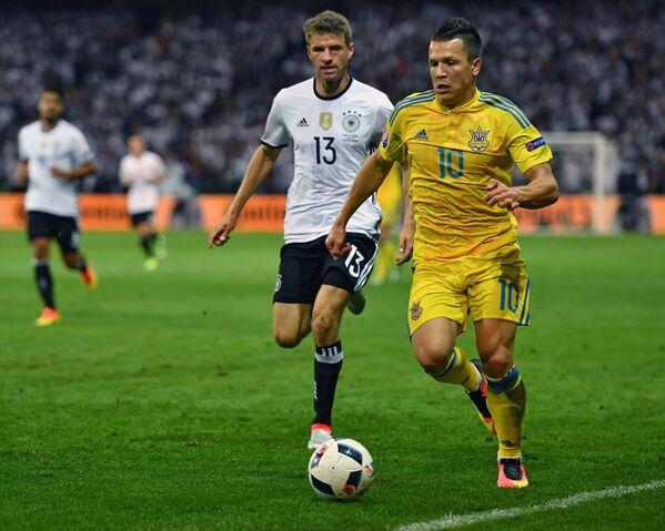 Полузащитник сборной Украины Евгений Коноплянка (справа) и форвард сборной Германии Томас Мюллер