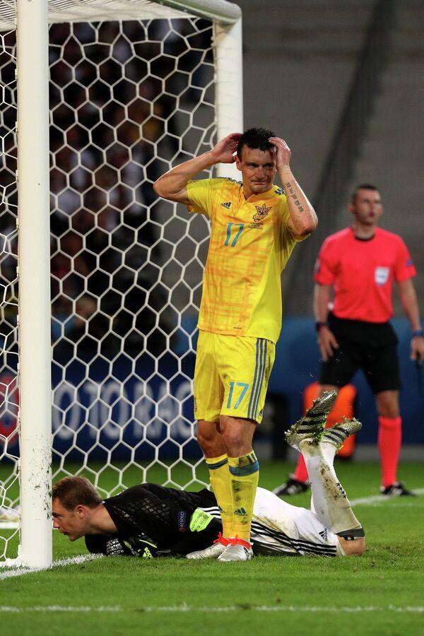 Защитник сборной Украины Артём Федецкий (вверху) и вратарь сборной Украины Андрей Пятов