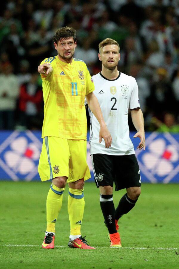 Форвард сборной Украины Евгений Селезнёв (слева) и защитник сборной Германии Шкодран Мустафи