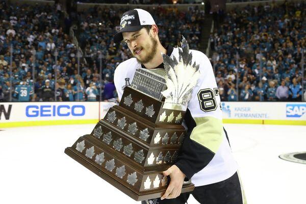Форвард Питтсбурга Сидни Кросби с призом самому ценному игроку плей-офф НХЛ