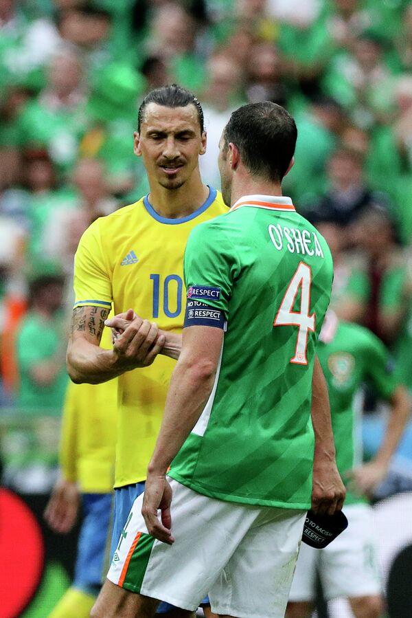 Нападающий сборной Швеции Златан Ибрагимович (слева) и защитник сборной Ирландии Джон О'Ши