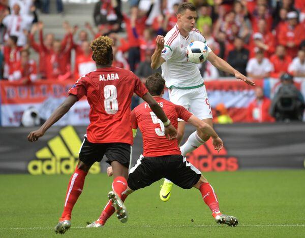 Защитники сборной Австрии Давид Алаба, Кристиан Фукс и нападающий сборной Венгрии Адам Салаи (слева направо)