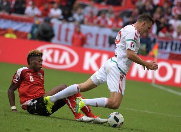 Защитник сборной Австрии Давид Алаба (слева) и нападающий сборной Венгрии Адам Салаи