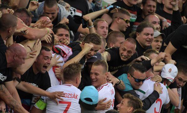 Венгерские болельщики поздравляют игроков сборной Венгрии с забитым мячом