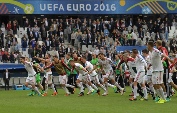 Футболисты сборной Венгрии радуются победе