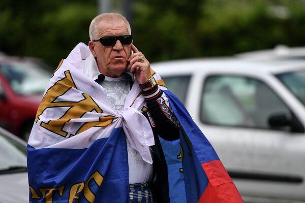 Российский болельщик перед матчем