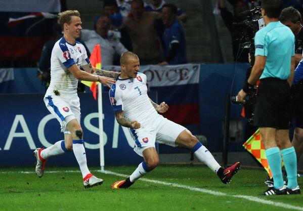 Футболисты сборной Словакии Ондрей Дуда (слева) и Владимир Вайсс радуются забитому голу