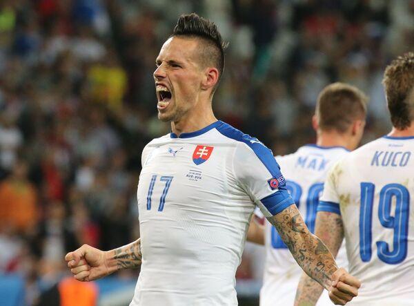 Полузащитник сборной Словакии Марек Гамшик радуется забитому мячу