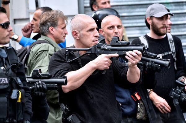 Сотрудники полиции применяют слезоточивый газ в отношении английских фанатов в центре Лилля