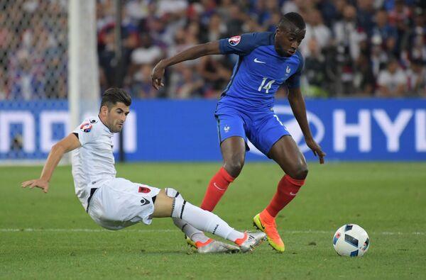 Защитник сборной Албании Эльсеид Хюсай и полузащитник сборной Франции Блез Матюиди (справа)