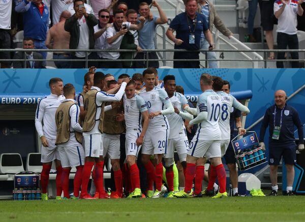 Футболисты сборной Англии радуются забитому мячу