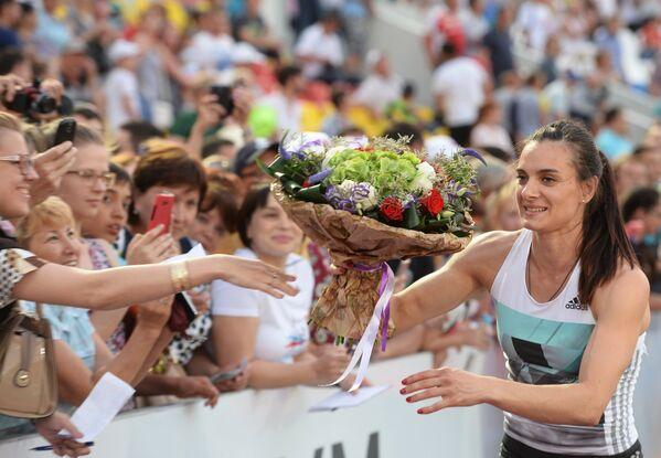 Елена Исинбаева с болельщиками