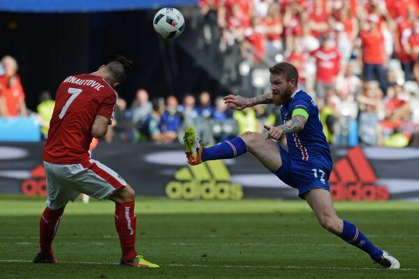 Нападающий сборной Австрии Марко Арнаутович (слева) и полузащитник сборной Исландии Арон Эйнар Гуннарссон