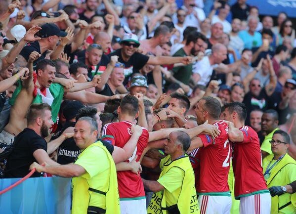 Футболисты сборной Венгрии радуются забитому голу