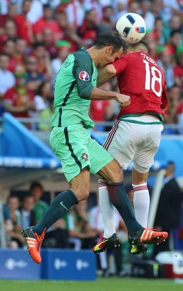 Защитник сборной Португалии Рикарду Карвалью (слева) и полузащитник сборной Венгрии Золтан Штьебер