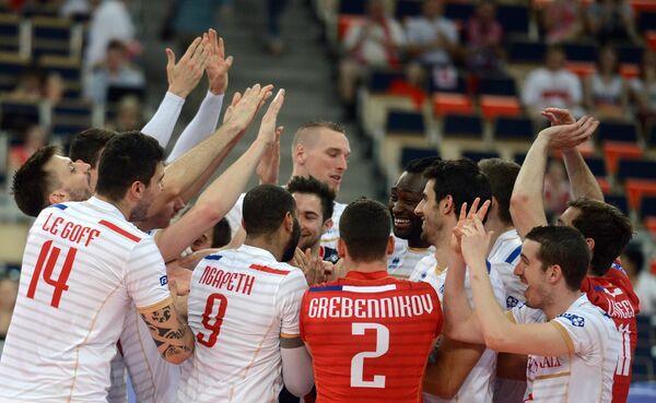 Волейболисты сборной Франции радуются победе
