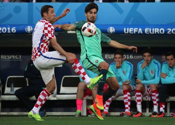 Защитник сборной Хорватии Дарио Срна и полузащитник сборной Португалии Андре Гомеш (справа)