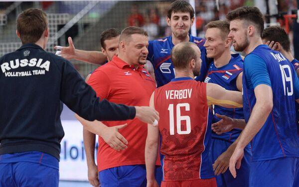 Главный тренер сборной России Владимир Алекно и волейболисты сборной России (слева направо)