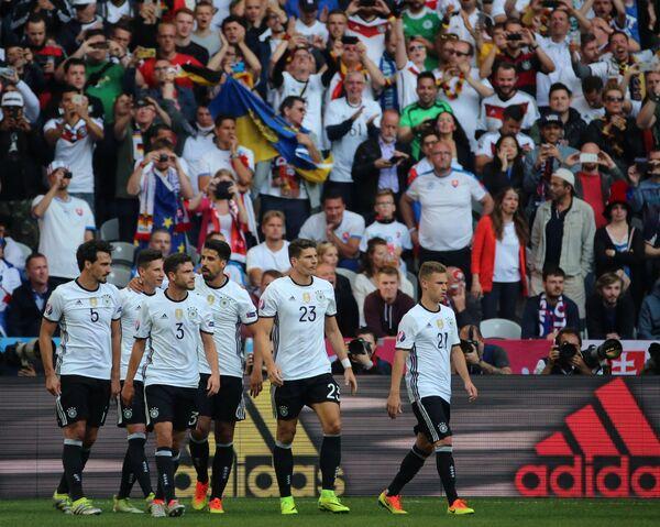 Футболисты сборной Германии Матс Хуммельс, Юлиан Дракслер, Йонас Хектор, Сами Хедира, Марио Гомес и Йосуа Киммих (слева направо)