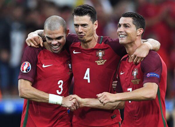 Футболисты сборной Португалии Пепе, Жозе Фонте и Криштиану Роналду (слева направо)
