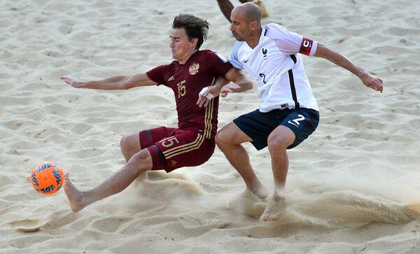 Нападающий сборной России Кирилл Романов (слева) и защитник сборной Франции Янник Фишер